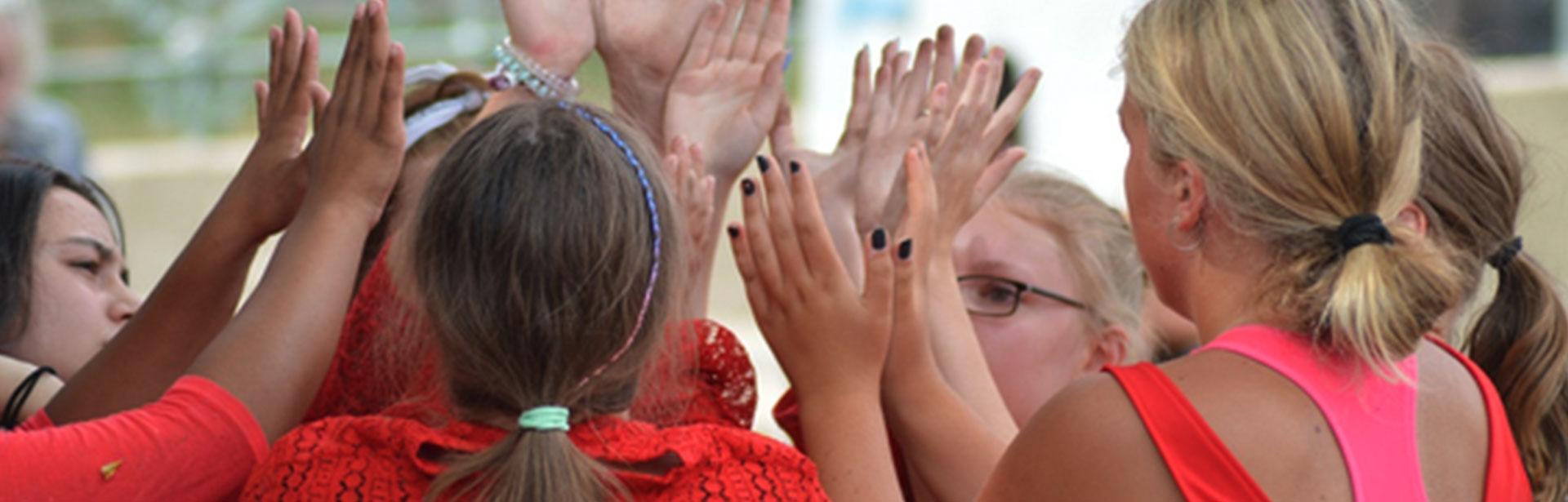 High five zum Kulturfokus – Personengruppe, die sich abklatscht